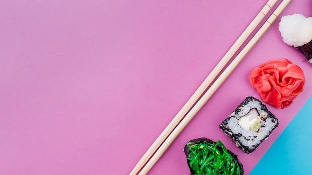 Rolos de sushi com espaço para cópia alinhados