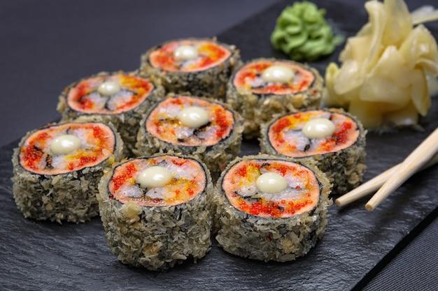 Rolos de sushi com gengibre e wasabi
