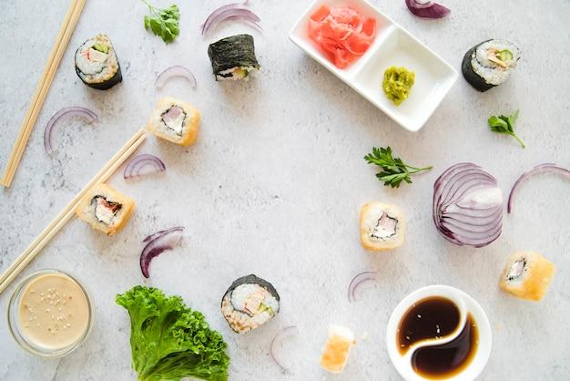 Rolos de sushi com moldura de legumes