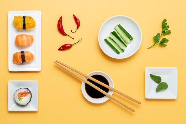 Rolos de sushi com molho de soja na mesa
