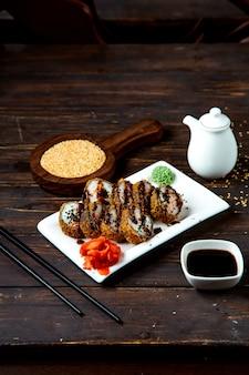 Rolos de sushi com molho de soja