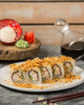 Rolos de sushi com palitos de caranguejo cobertos com granulado crocante