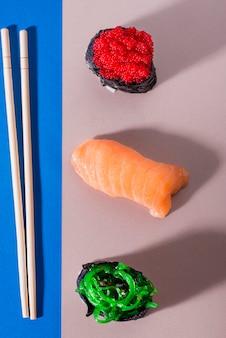 Rolos de sushi com pauzinhos