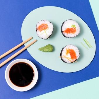 Rolos de sushi com peixe cru