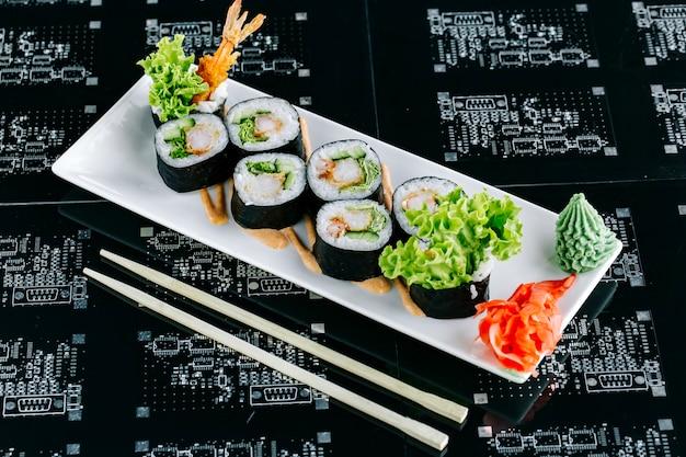 Rolos de sushi com pepino e alface tempura