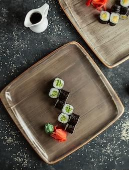 Rolos de sushi com pepino servido com gengibre e wasabi