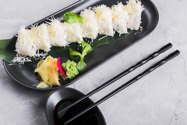 Rolos de sushi com queijo e wasabi