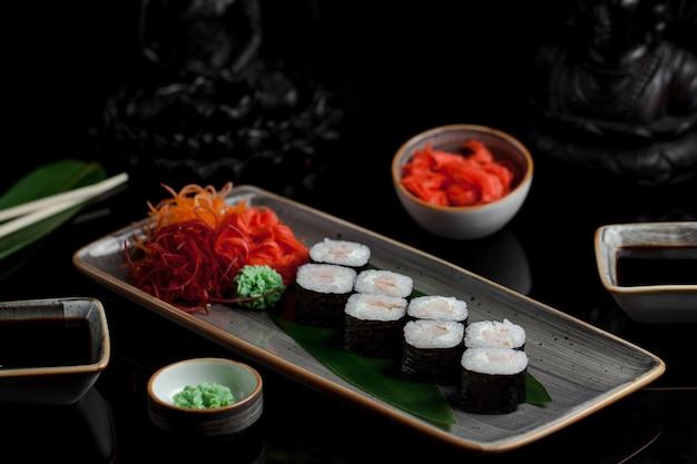 Rolos de sushi com salmão defumado.