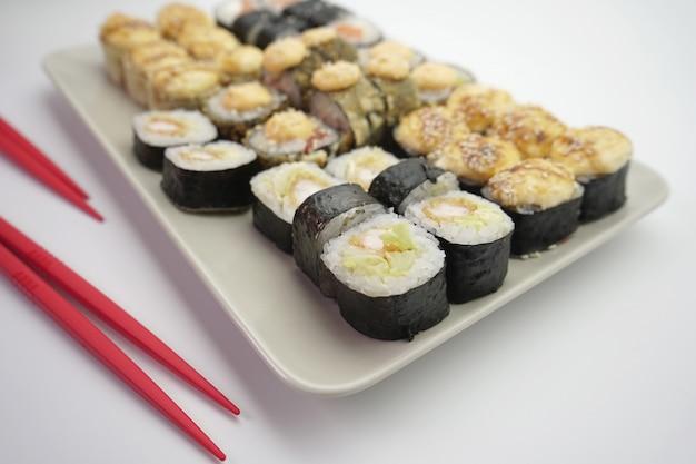 Rolos de sushi com salmão e camarão polvilhado com sementes de gergelim, close-up
