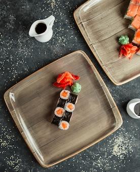 Rolos de sushi com salmão e gengibre
