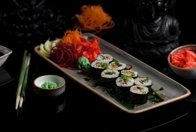 Rolos de sushi com variedade de ingredientes