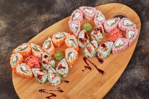 Rolos de sushi comida japonesa na placa de madeira
