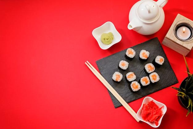 Rolos de sushi de comida japonesa de entrega de pedidos enquanto você fica em casa em quarentena.