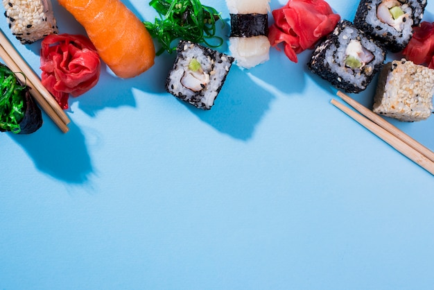 Rolos de sushi de cópia-espaço na mesa