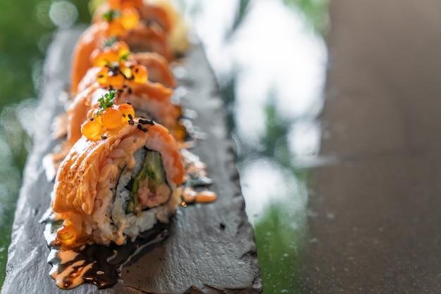 Rolos de sushi de salmão com foie gras