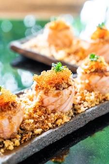 Rolos de sushi de salmão com molho