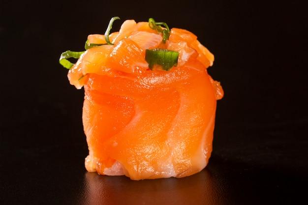 Rolos de sushi de salmão