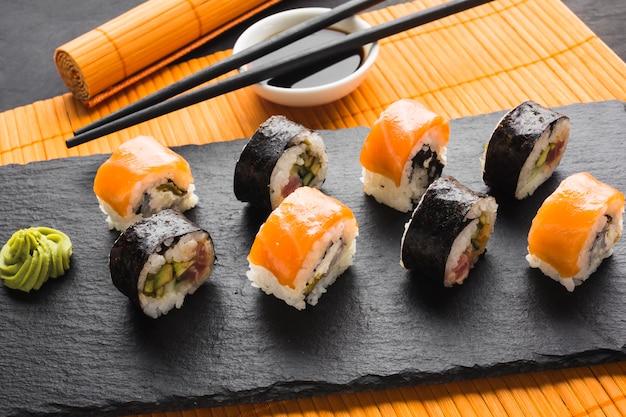 Rolos de sushi de vista superior chapeamento