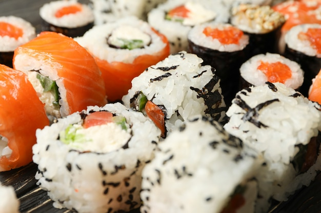 Rolos de sushi delicioso, close-up comida japonesa