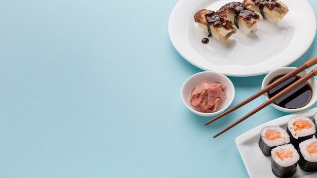 Rolos de sushi delicioso com molho de soja em cima da mesa