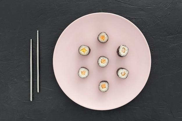 Rolos de sushi delicioso em um prato