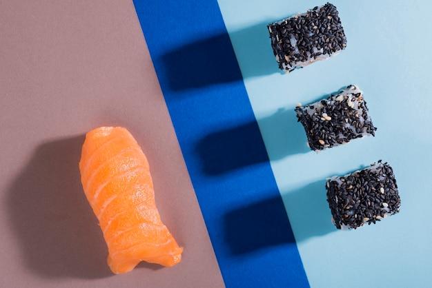 Rolos de sushi delicioso lay plana