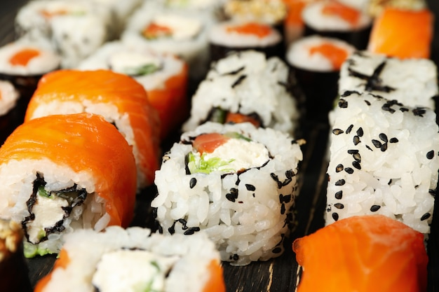 Rolos de sushi delicioso na comida japonesa de superfície de madeira