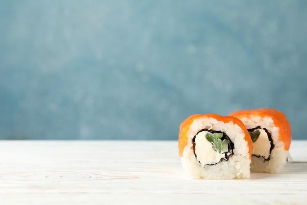 Rolos de sushi delicioso na mesa de madeira. comida japonesa