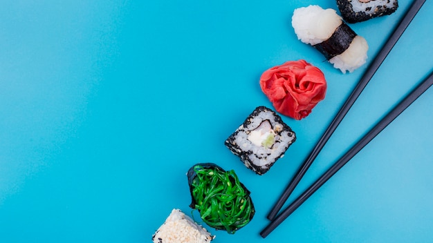 Rolos de sushi deliciosos com cópia-espaço