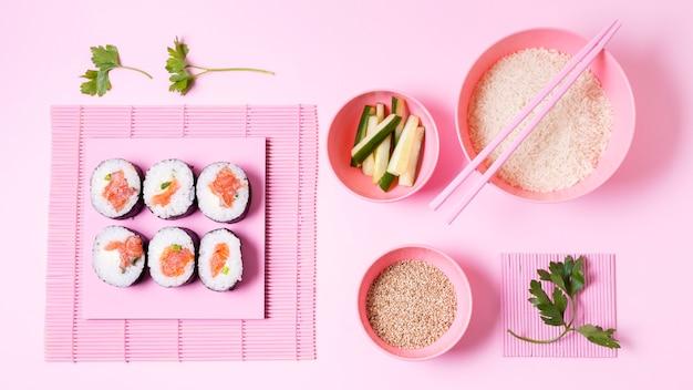 Rolos de sushi e arroz