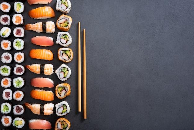 Rolos de sushi e fundo nigiri