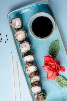 Rolos de sushi em conjunto clássico