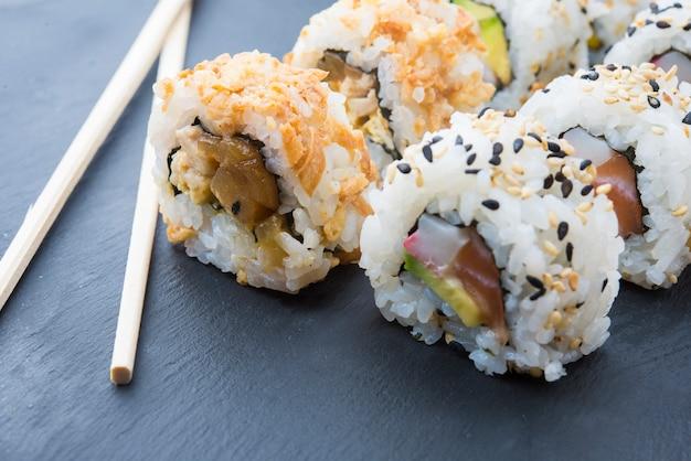 Rolos de sushi em um prato de ardósia