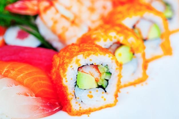 Rolos de sushi em um prato na mesa. Foto Premium