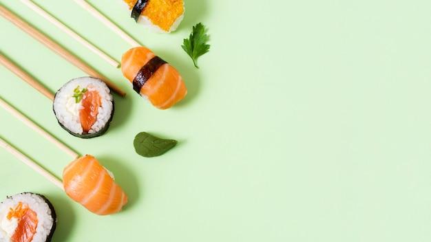 Rolos de sushi fresco com espaço para cópia