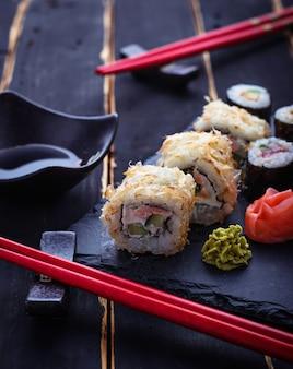 Rolos de sushi japonês com salmão