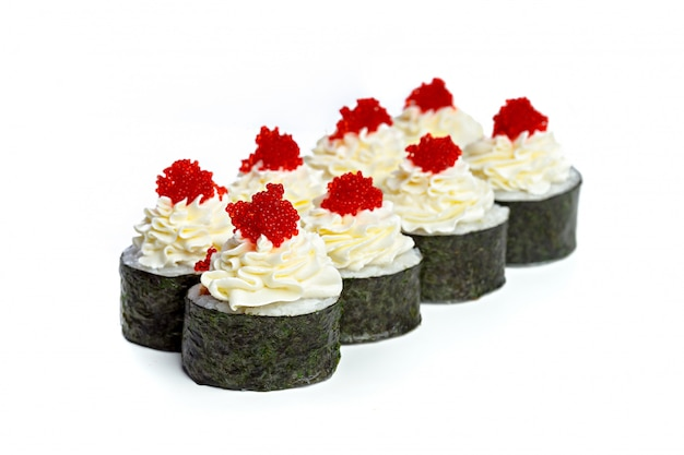 Rolos de sushi japonês em um fundo branco