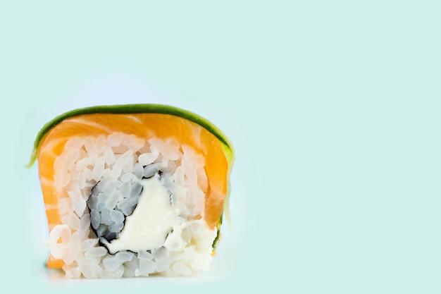 Rolos de sushi japonês fresco tradicional em fundo de hortelã