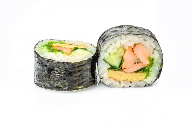 Rolos de sushi japonês fresco tradicional