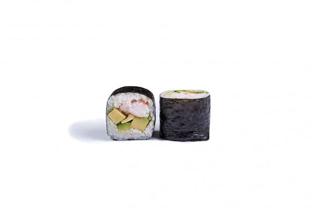 Rolos de sushi japonês isolados no branco