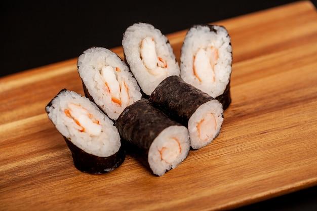 Rolos de sushi japonês maki