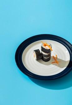 Rolos de sushi maki de tiro alto