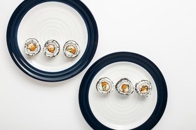 Rolos de sushi maki em placas