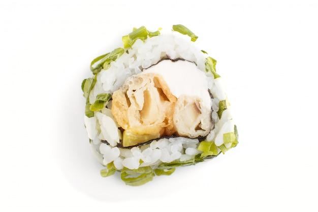 Rolos de sushi maki japonês com cebola verde, isolado no fundo branco