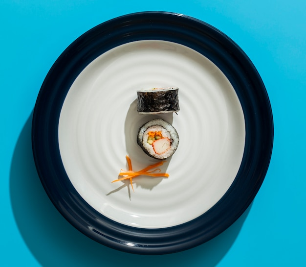 Rolos de sushi maki no prato minimalista