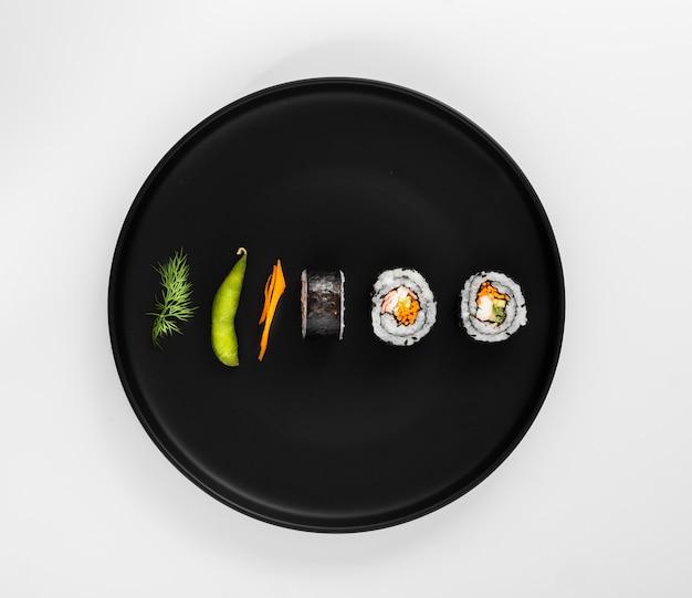 Rolos de sushi maki plana leigos com edamame