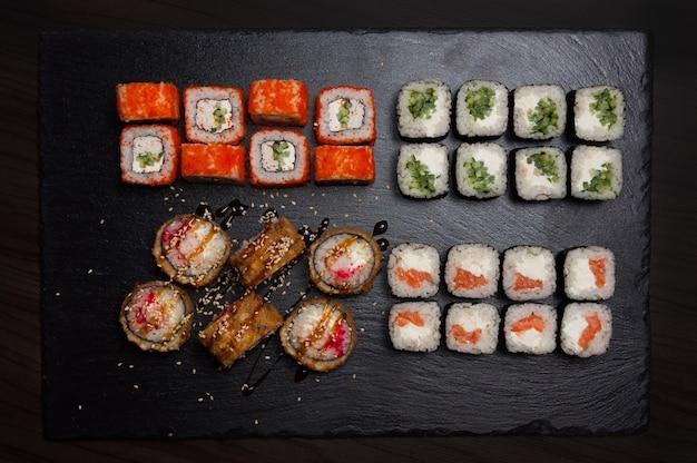 Rolos de sushi na lareira do restaurante. vista do topo