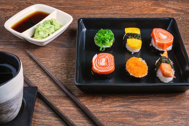 Rolos de sushi na mesa