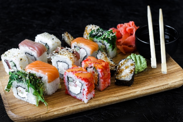 Rolos de sushi. nigiri. maki. conjunto de sushi