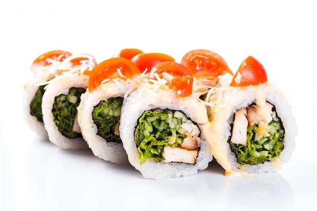 Rolos de sushi no fundo branco isolado. cozinha japonesa tradicional